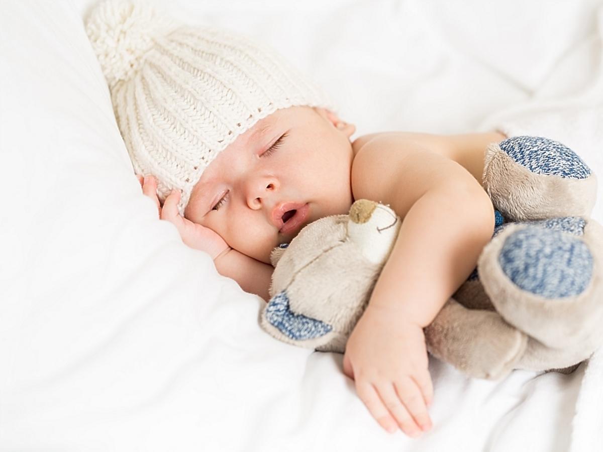 niemowlę przytulone do misia