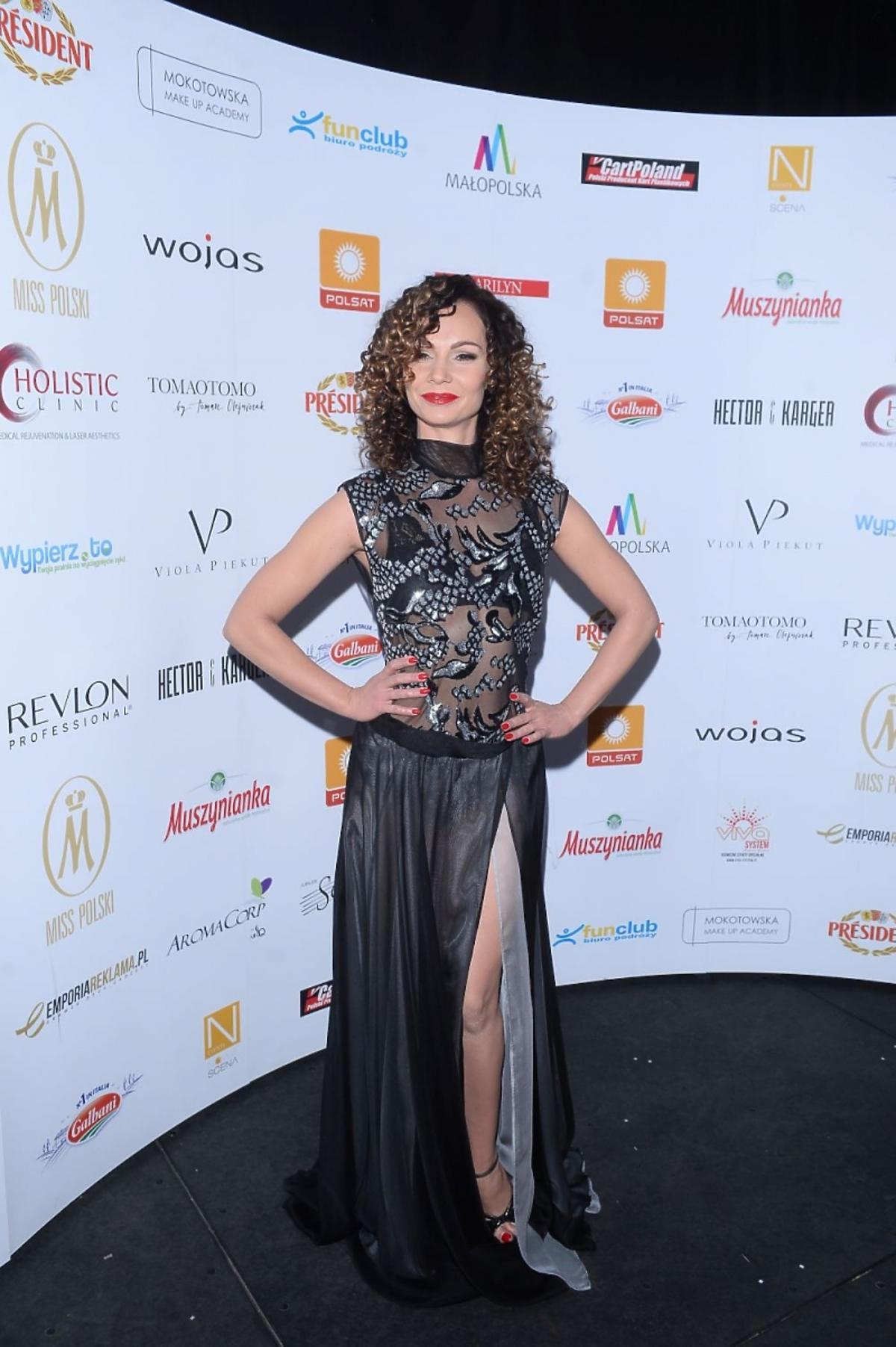 Nina Tyrka w czarno szarej sukni