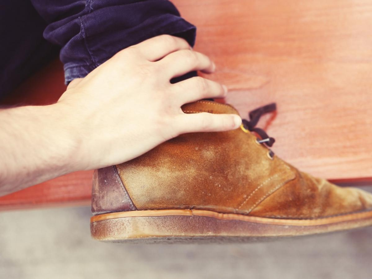 Noga trzymana dłonią