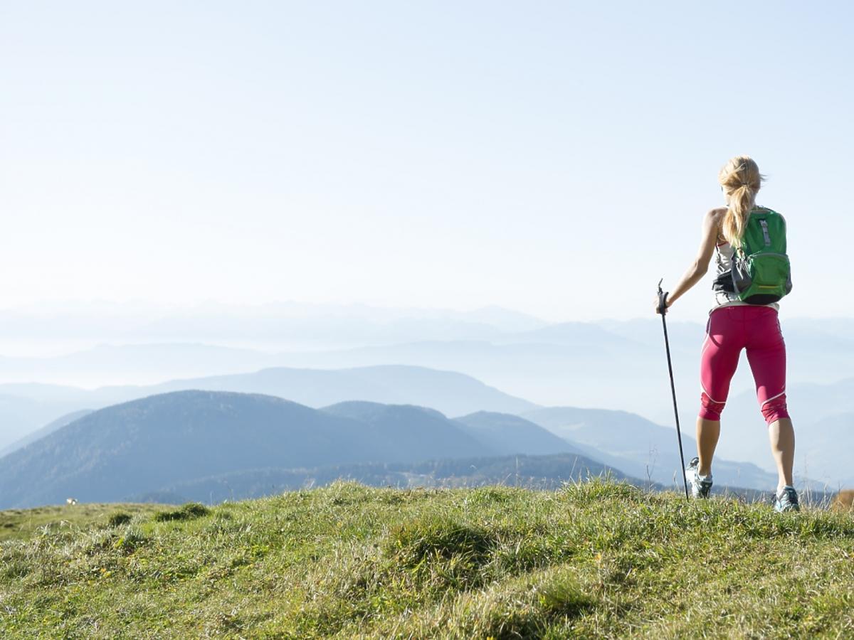 Nordic walking kobieta w górach