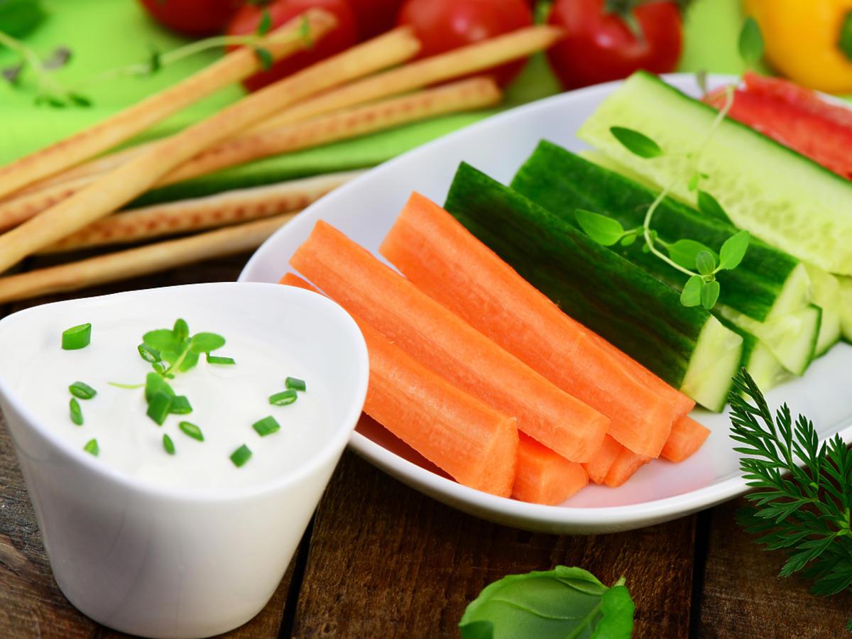 Obrane warzywa położone na talerzu.