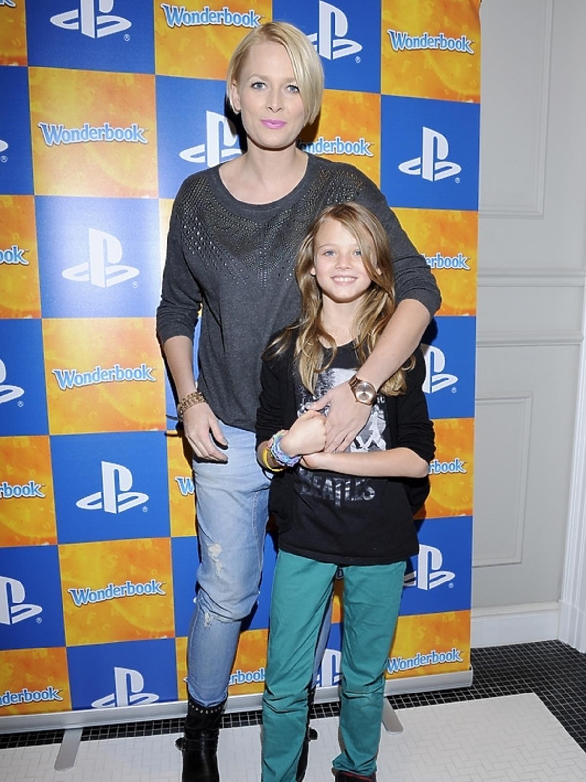 Odeta Moro-Figurska z córką na premierze PlayStation 3 - Wonderbook: Księga Czarów
