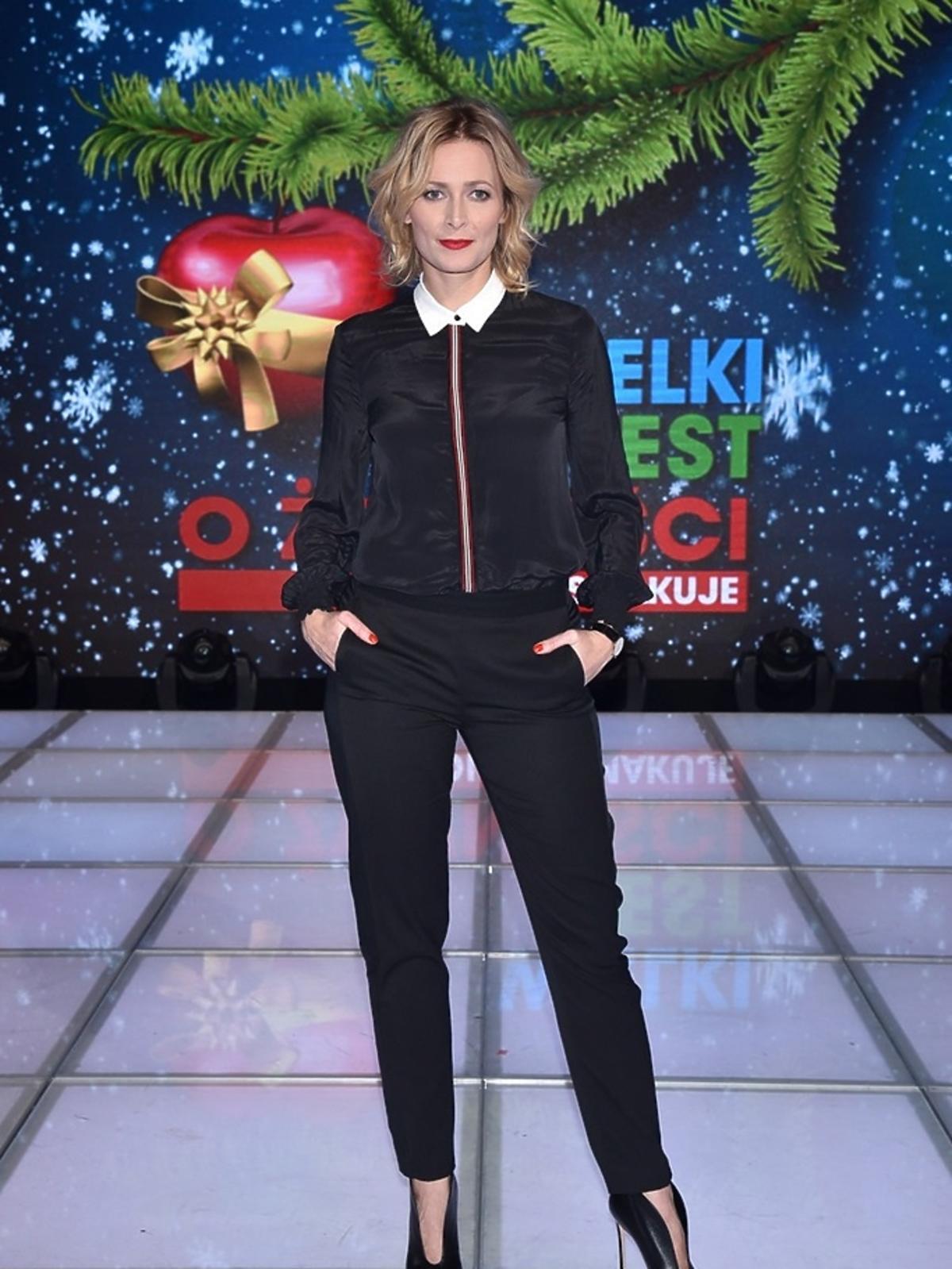 Odeta Moro w czarnej bluzce z kołnierzykiem