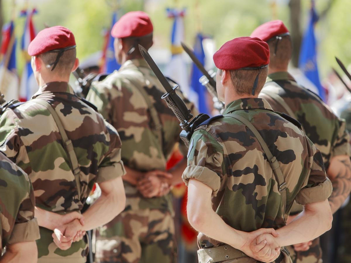oficerowie wojskowi w czerwonych beretach