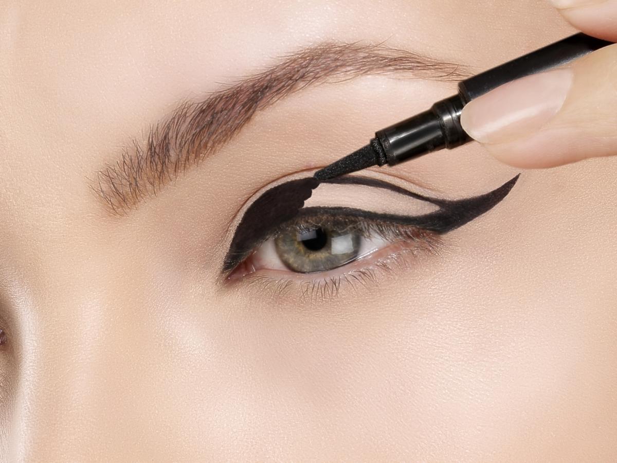 oko kobiety malowane eyelinerem