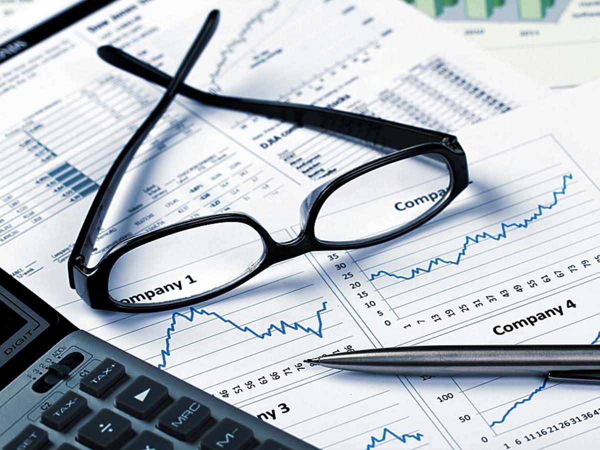 okulary, długopis i wykresy