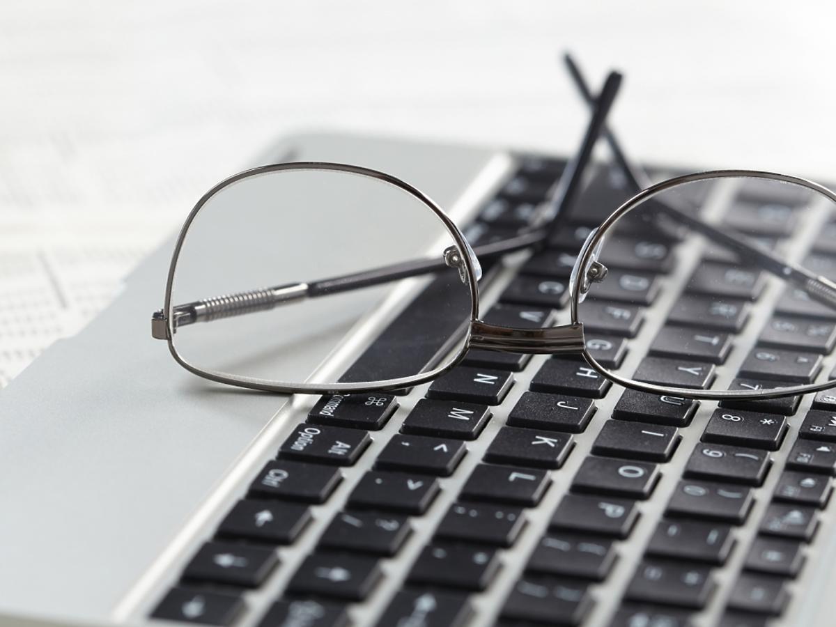 Okulary na klawiaturze