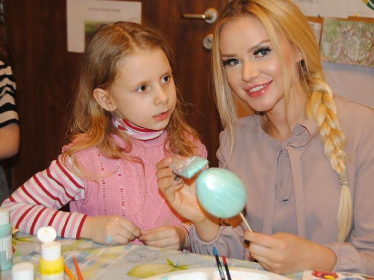 Ola Ciupa maluje pisanki z dziećmi w Powiślańskiej Fundacji Społecznej,