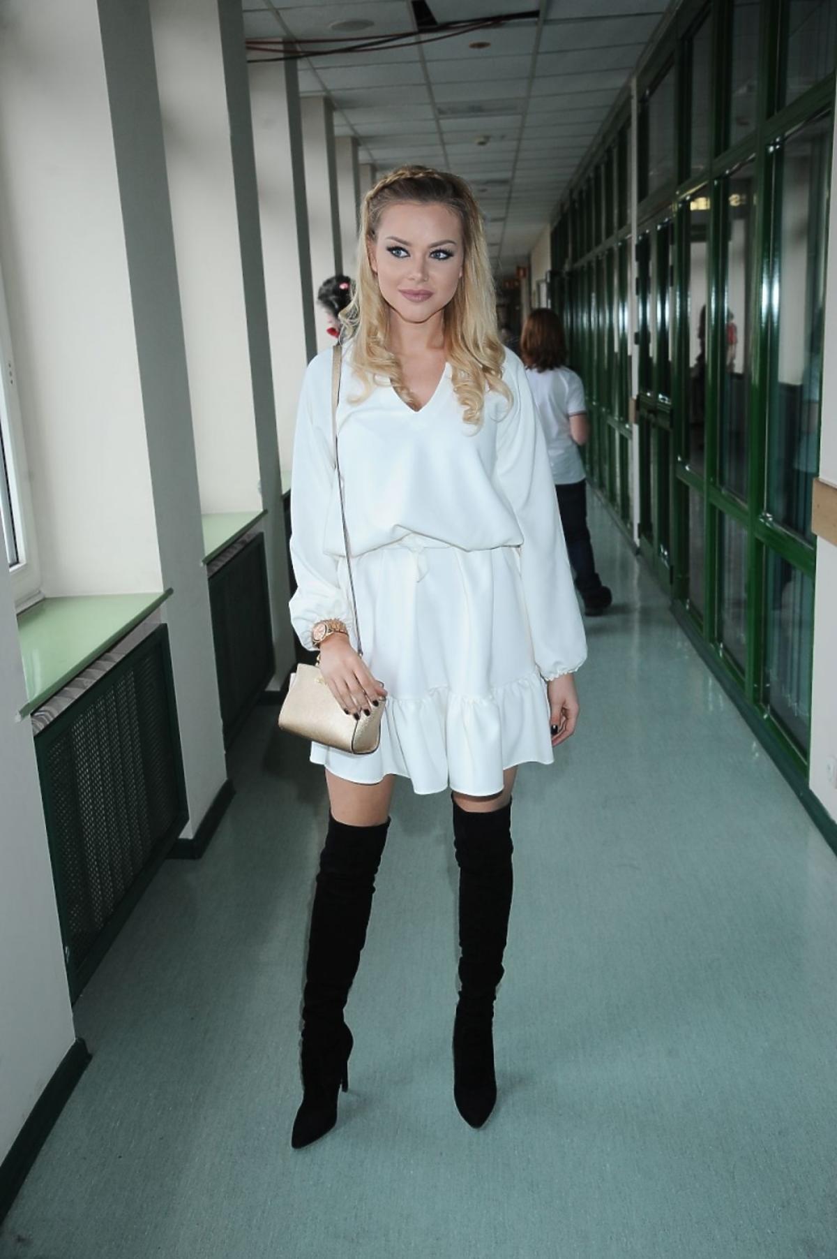 Ola Ciupa w białej sukience