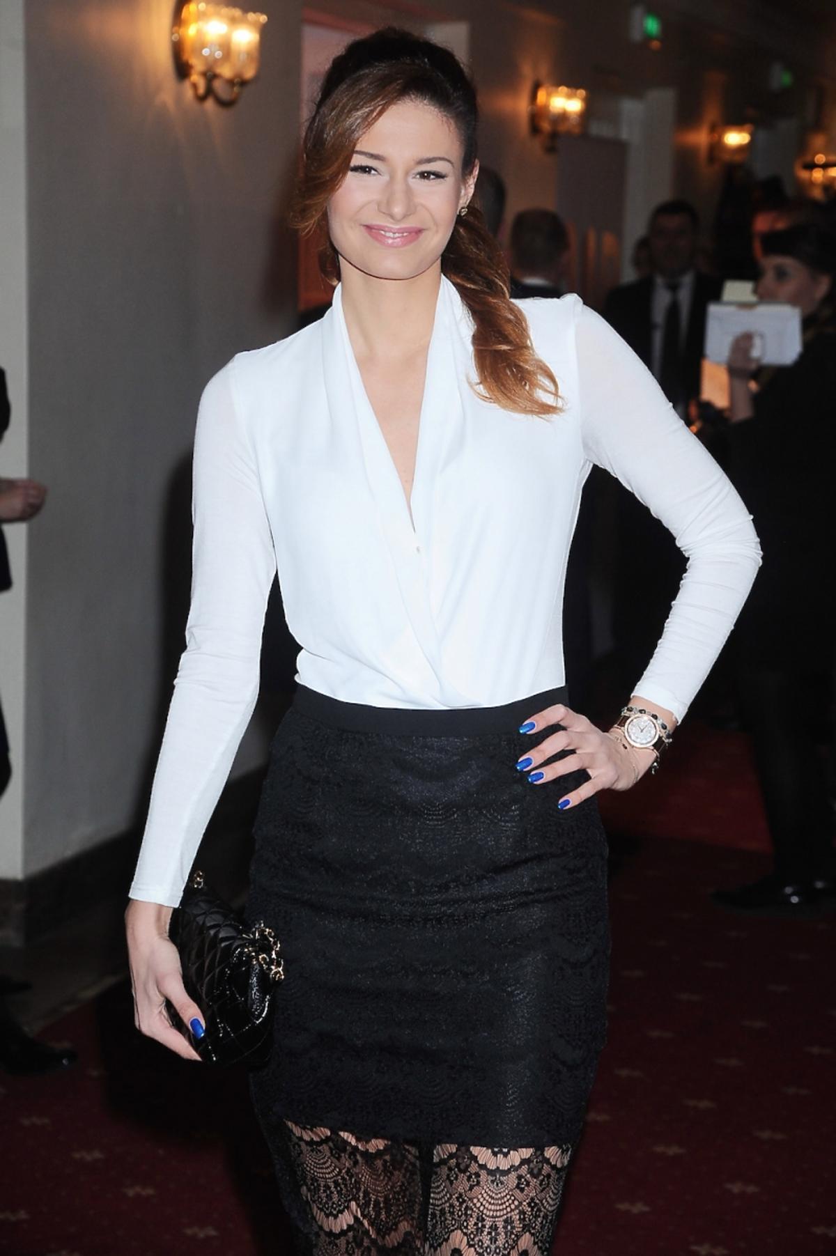 Ola Gintrowska w białej koszuli