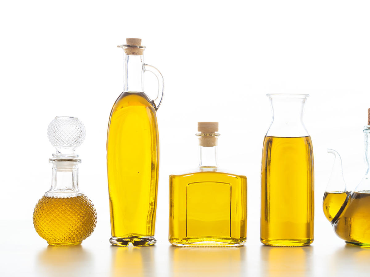 Oleje nasycone i nienasycone przelane do butelek.