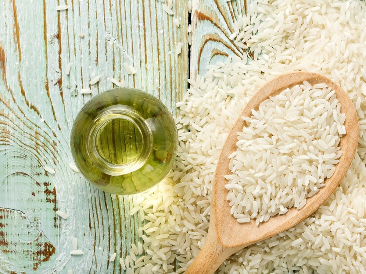Olejek ryżowy przelany do szklanej bezbarwnej butelki.