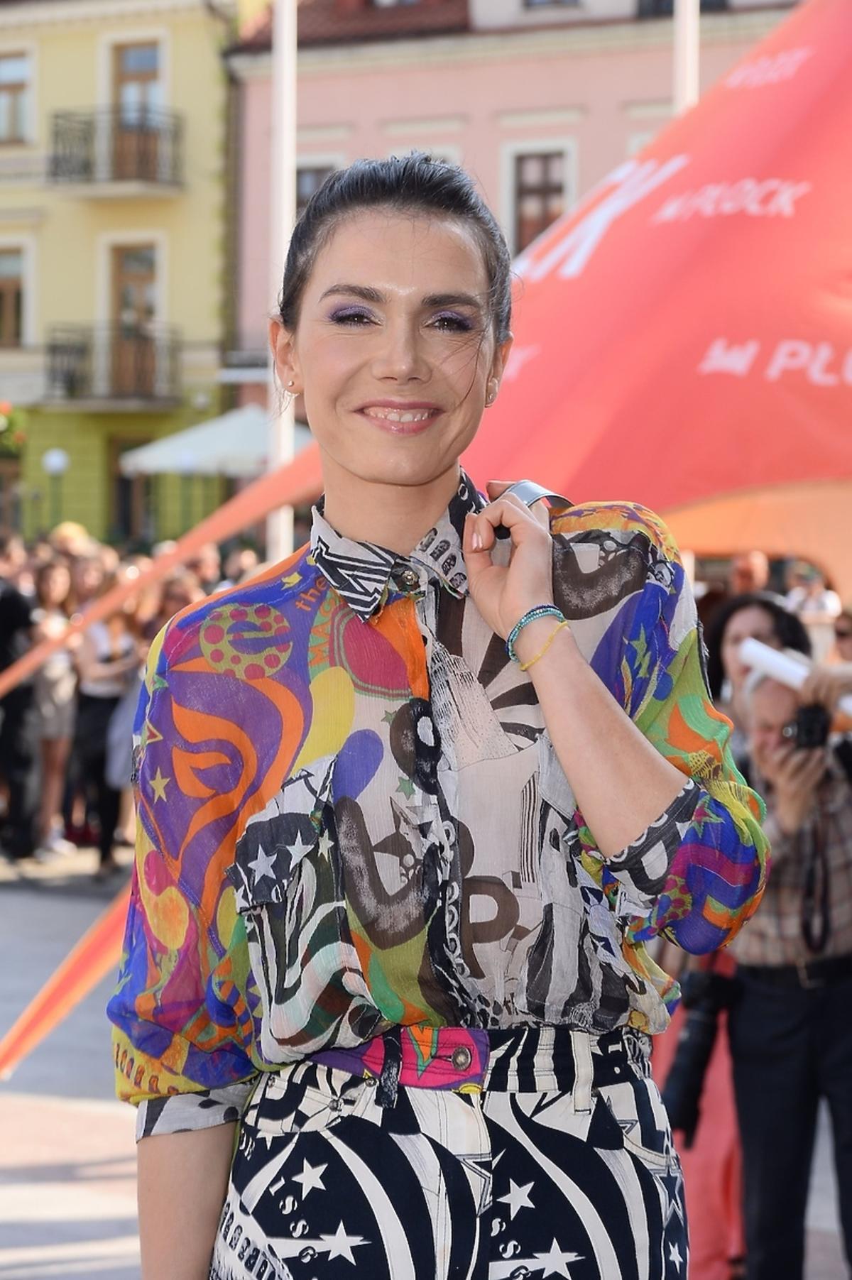 Olga Bołądź we wzorzystej kolorowej sukience