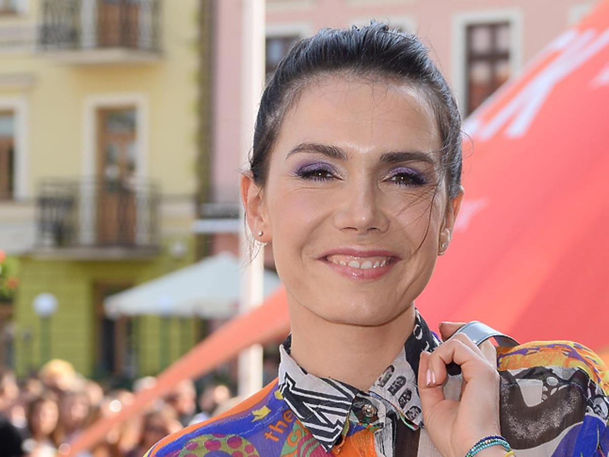 Olga Bołądź z fioletowym cieniem na powiekach