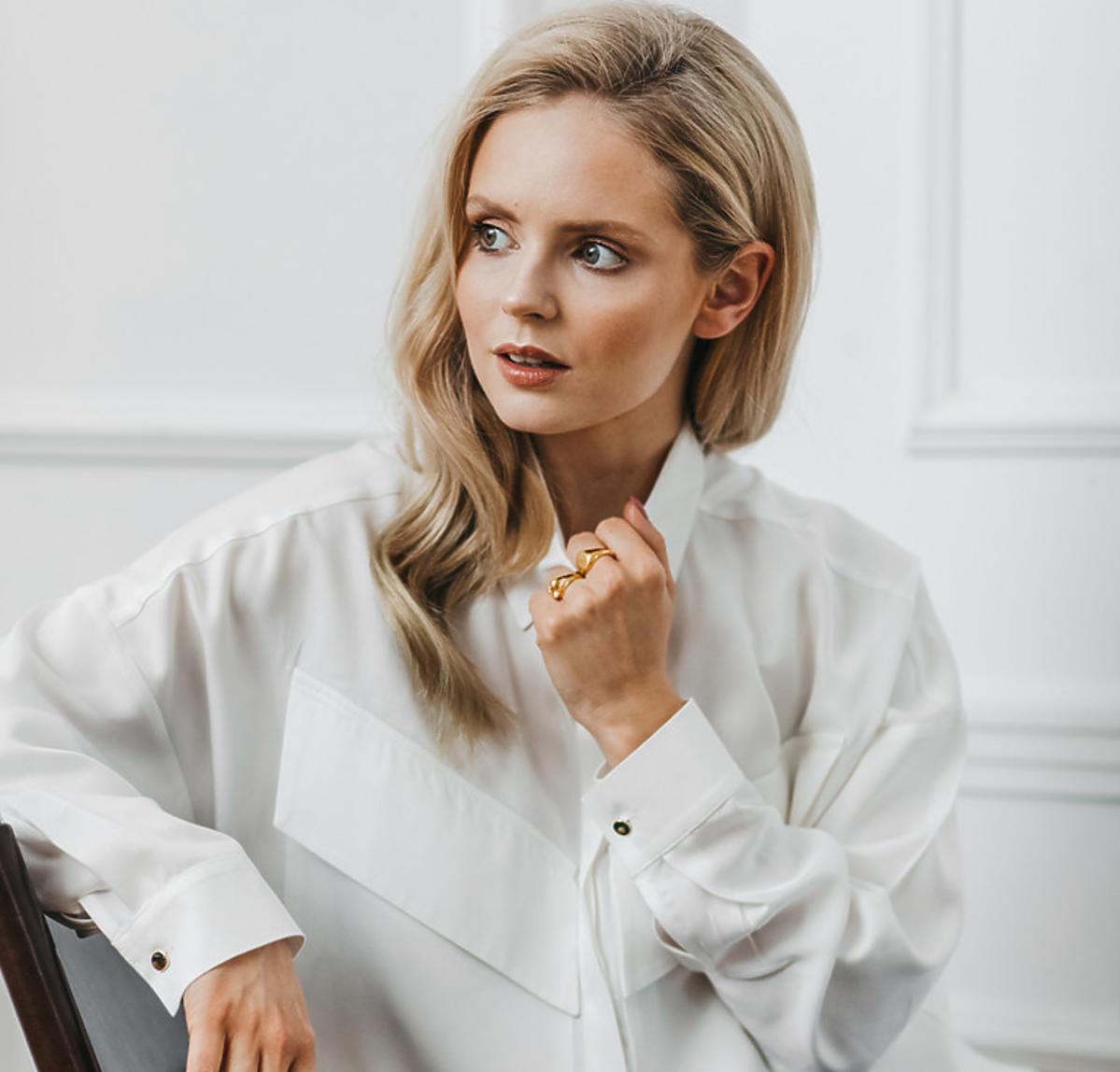 Olga Kalicka w białej koszuli