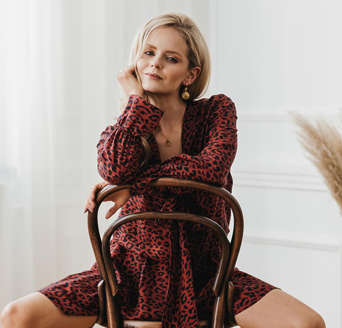 Olga Kalicka w wzorzystej sukience