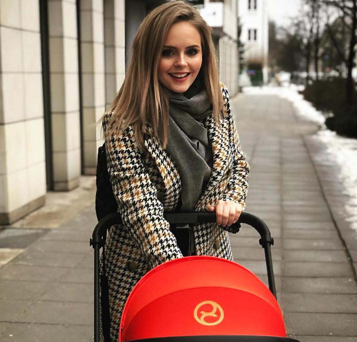 Olga Kalicka z dzieckiem na spacerze
