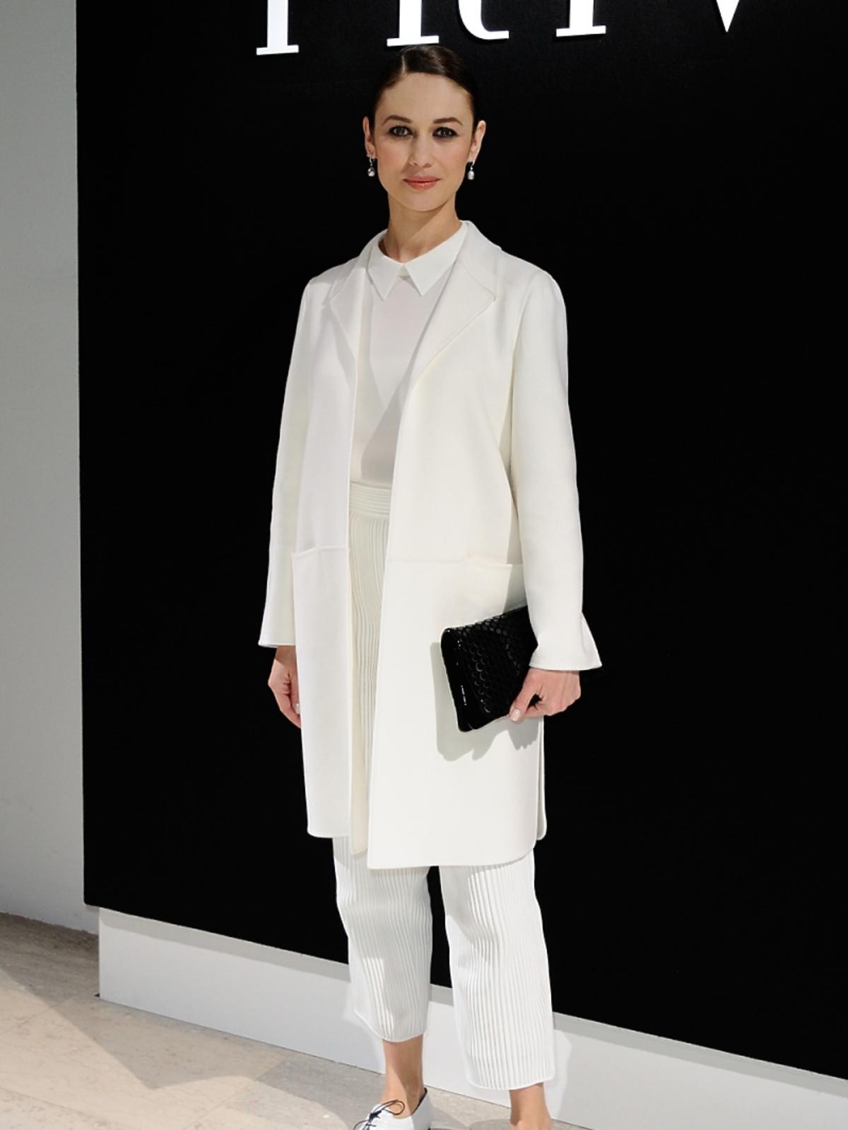 Olga Kurylenko w białym płaszczu i spodniach