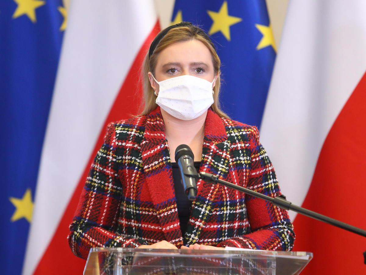 Olga Semeniuk w marynarce w kratę