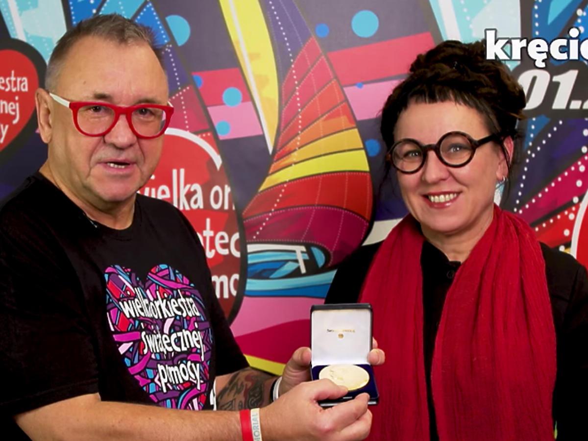 Olga Tokarczuk przekazała medal na WOŚP