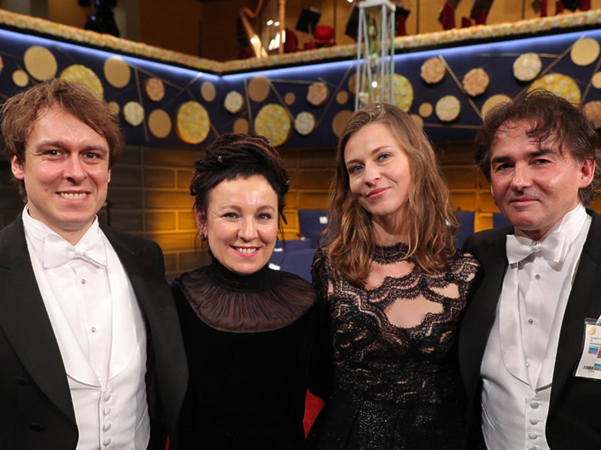 Olga Tokarczuk z rodziną na bankiecie po otrzymaniu Nobla