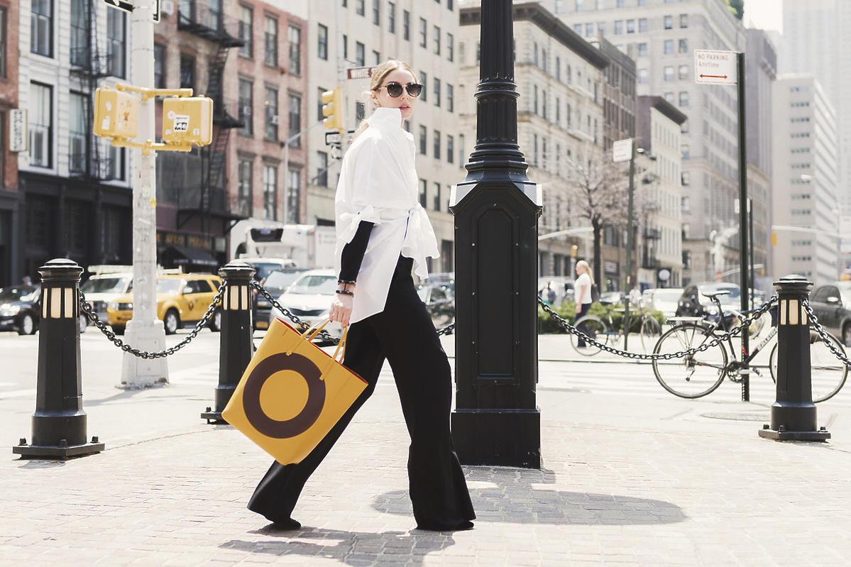 Olivia Palermo w białej koszuli i z żółtą torbą shopper