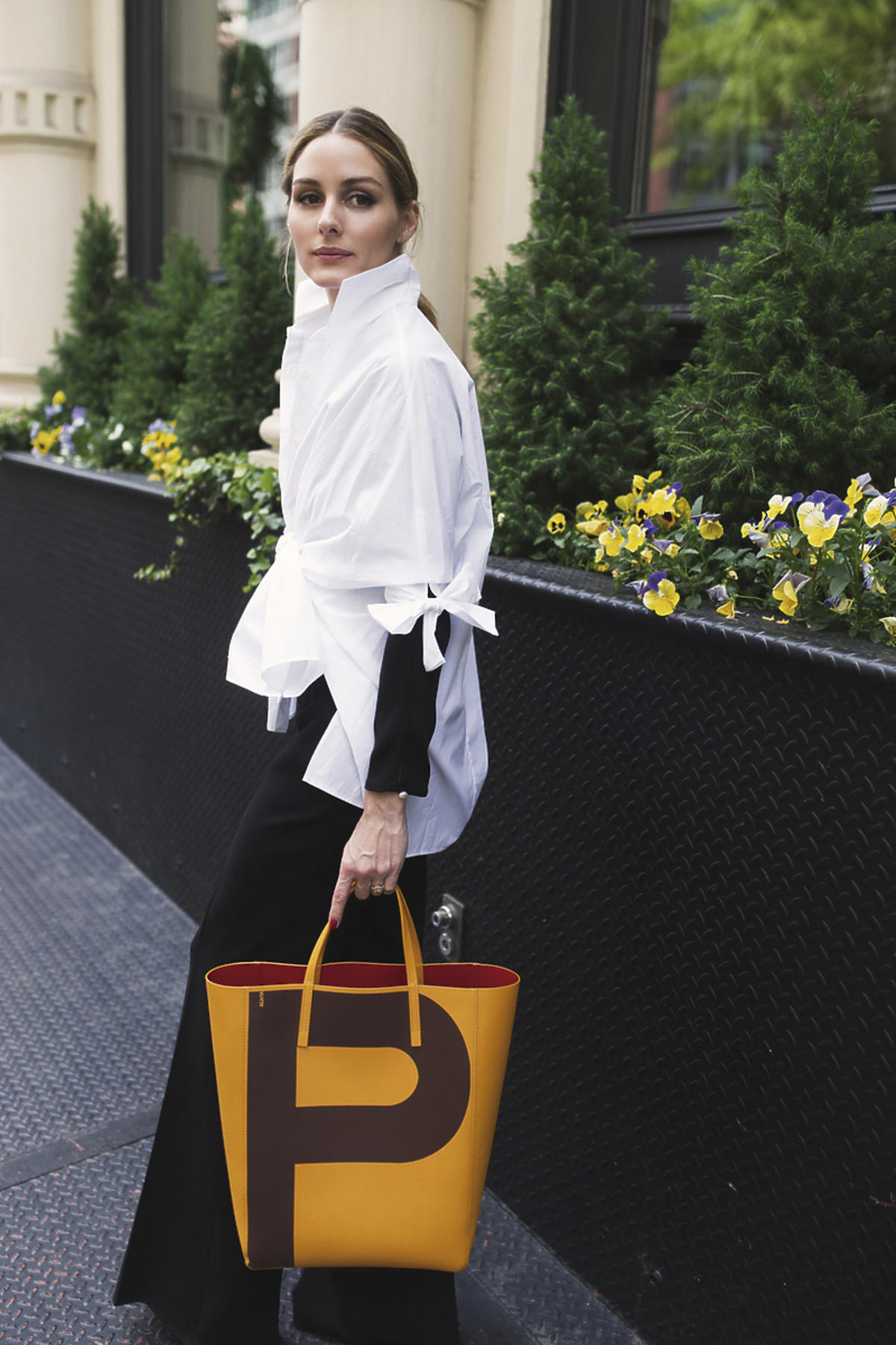 Olivia Palermo z żółtą torbą z literą P