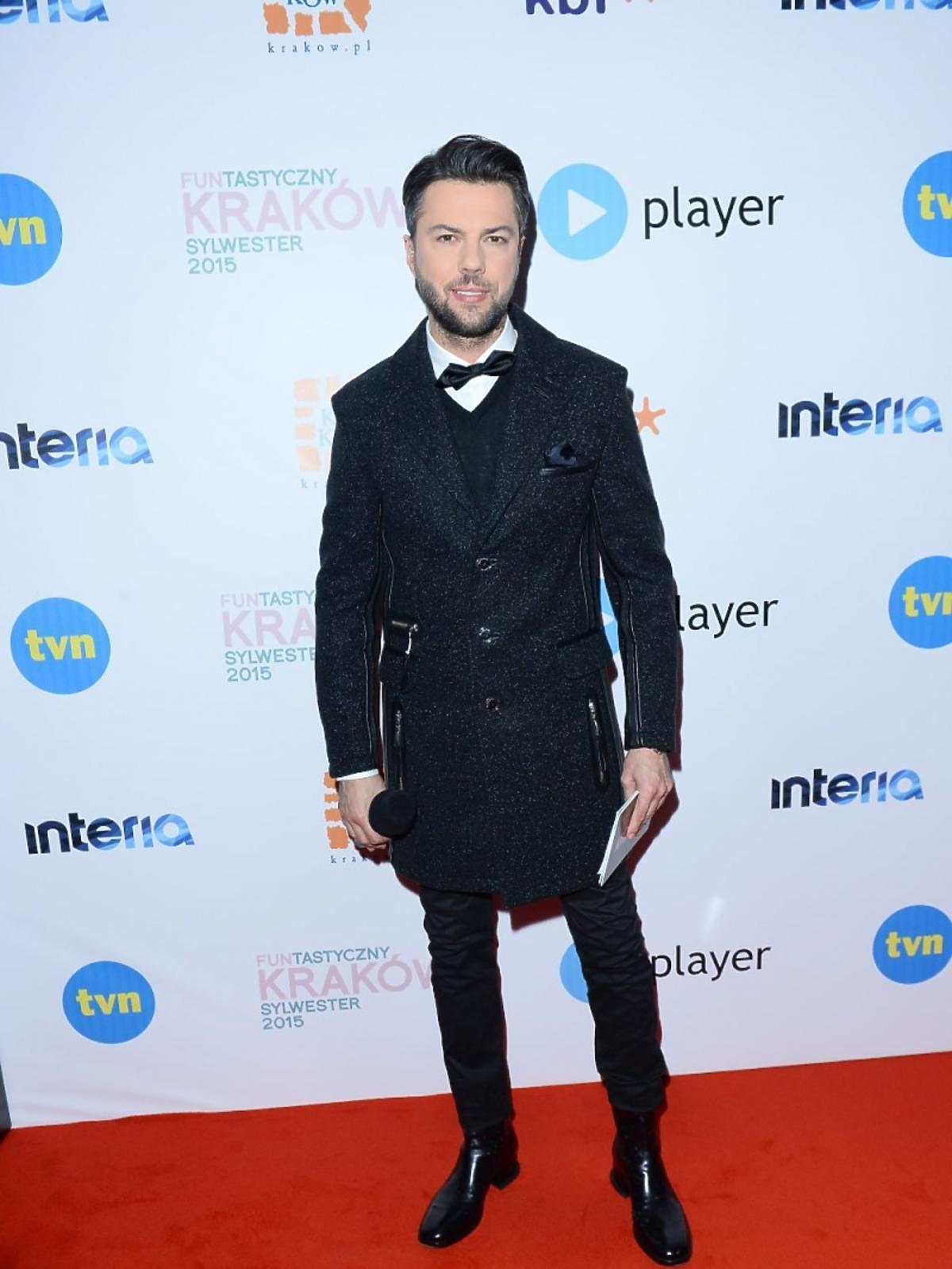 Olivier Janiak w czarnym płaszczu
