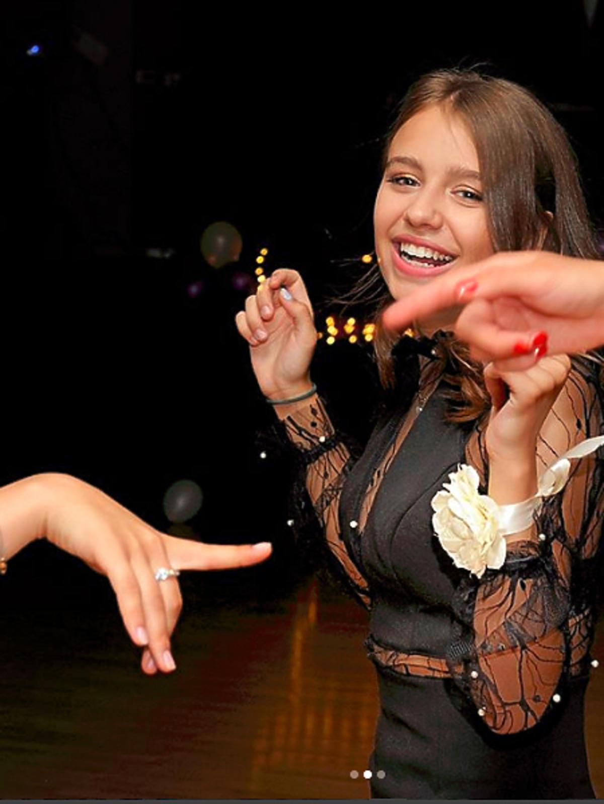 Oliwia Bieniuk, córka Ani Przybylskiej, pokazała zdjęcie z balu gimnazjalnego