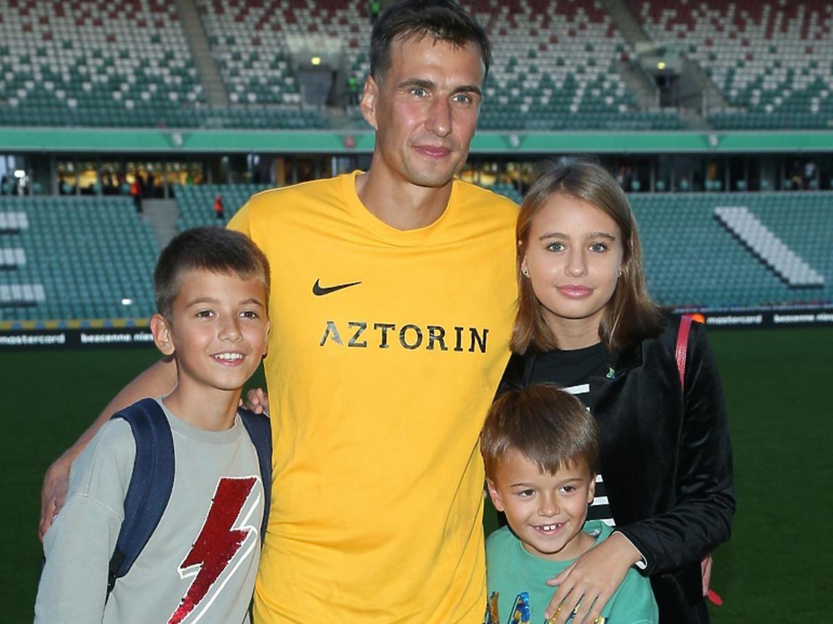 Oliwia Bieniuk, Szymon Bieniuk, Jaś Bieniuk, Jarosław Bieniuk razem na zdjęciu