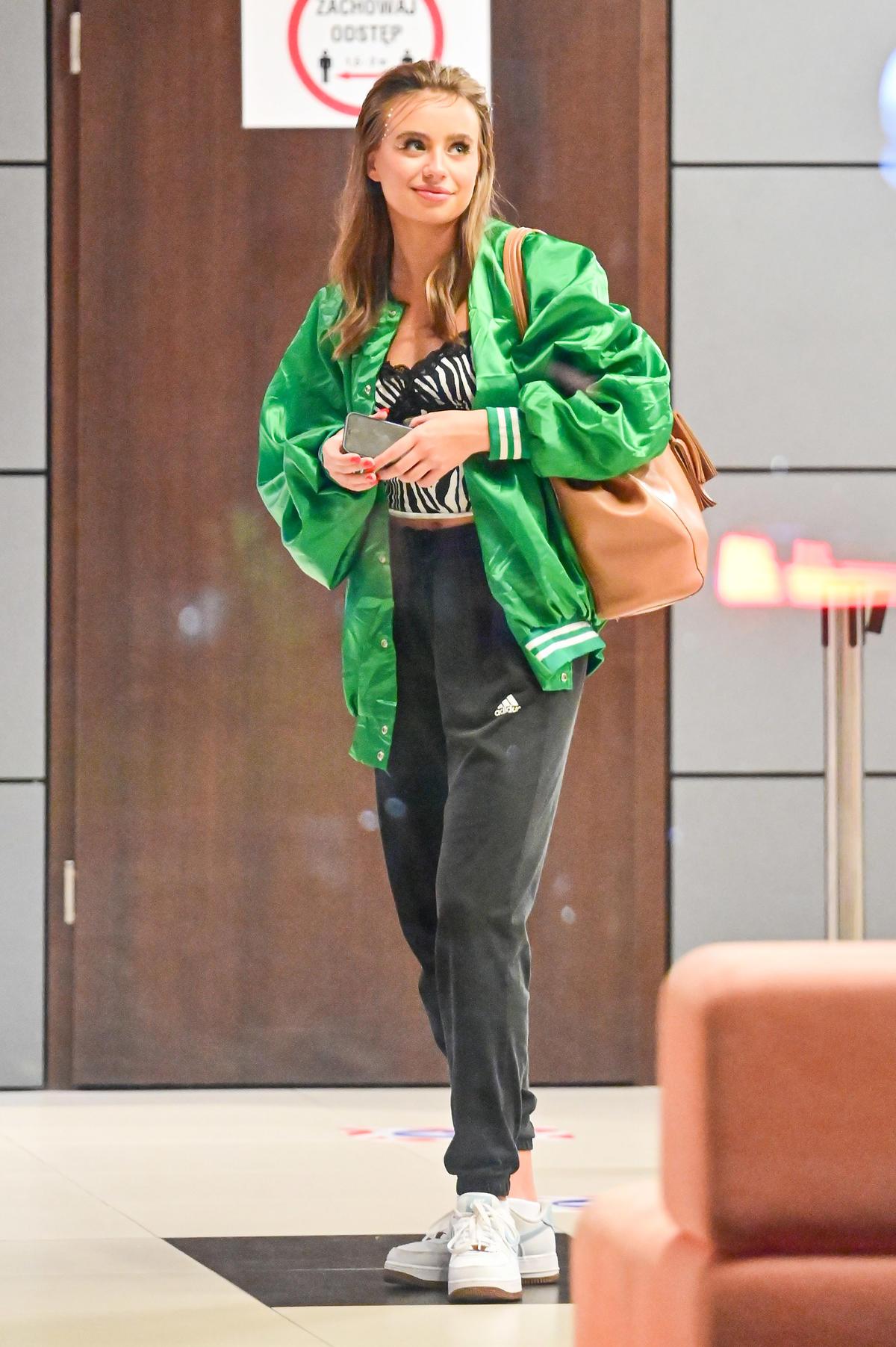 Oliwia Bieniuk w zielonej bomberce