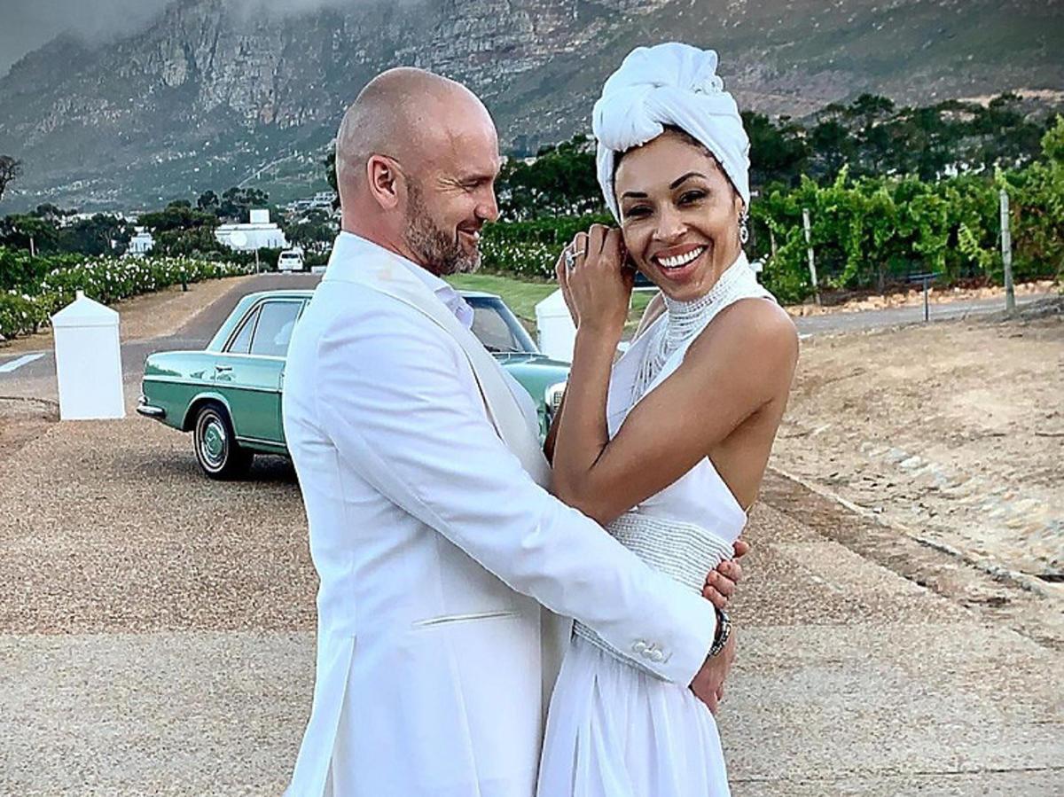 Omenaa Mensah z meżem Rafałem Brzoską na biało