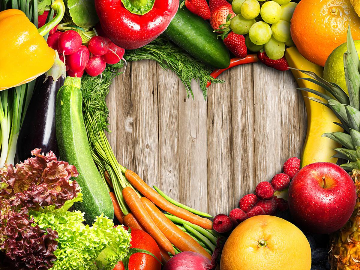 Owoce i warzywa ułożone w kształcie serca na stole