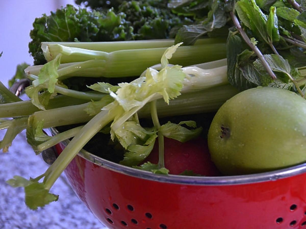 owoce i warzywa w durszlaku