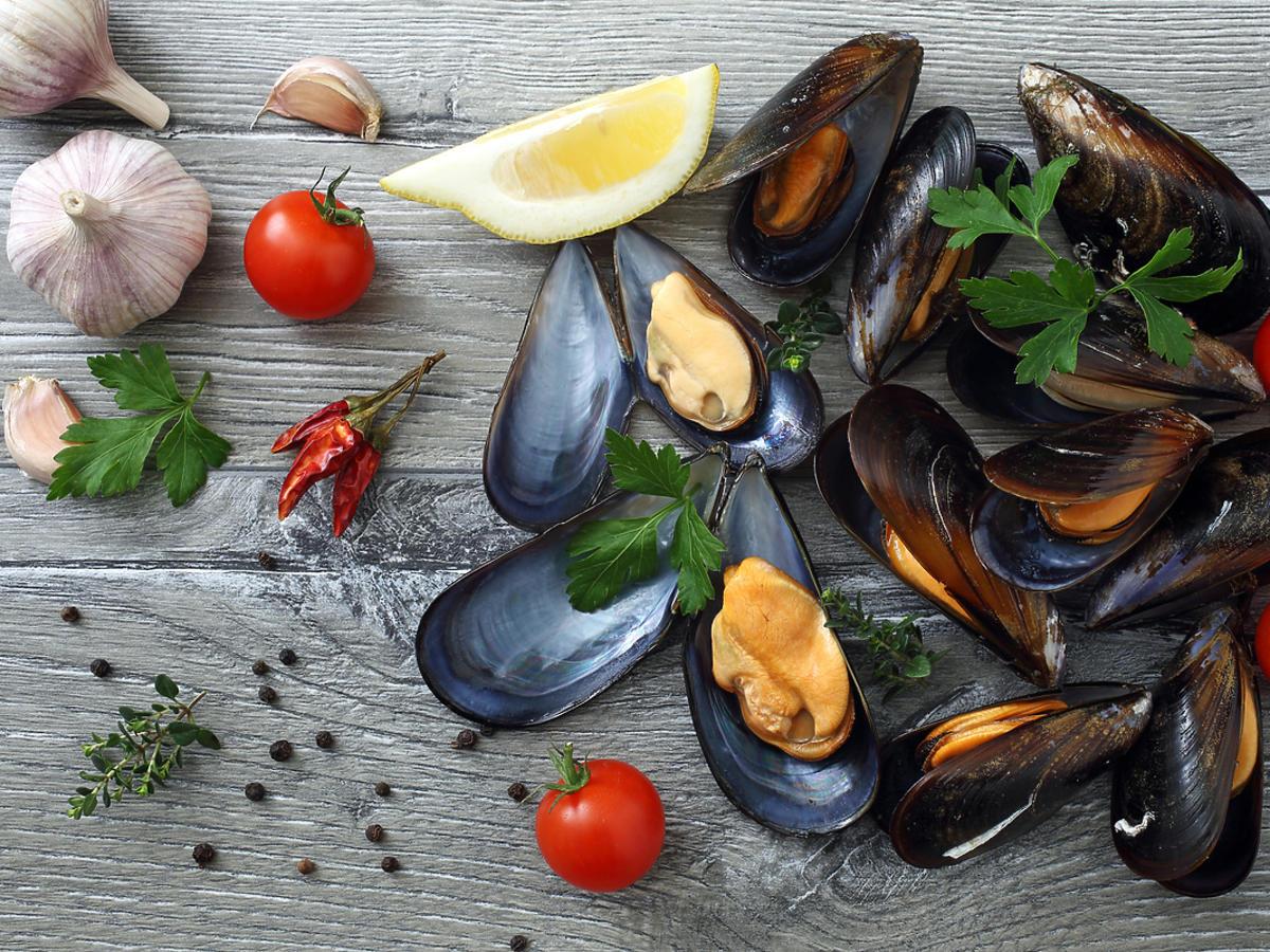 owoce morza w pomidorami na stole