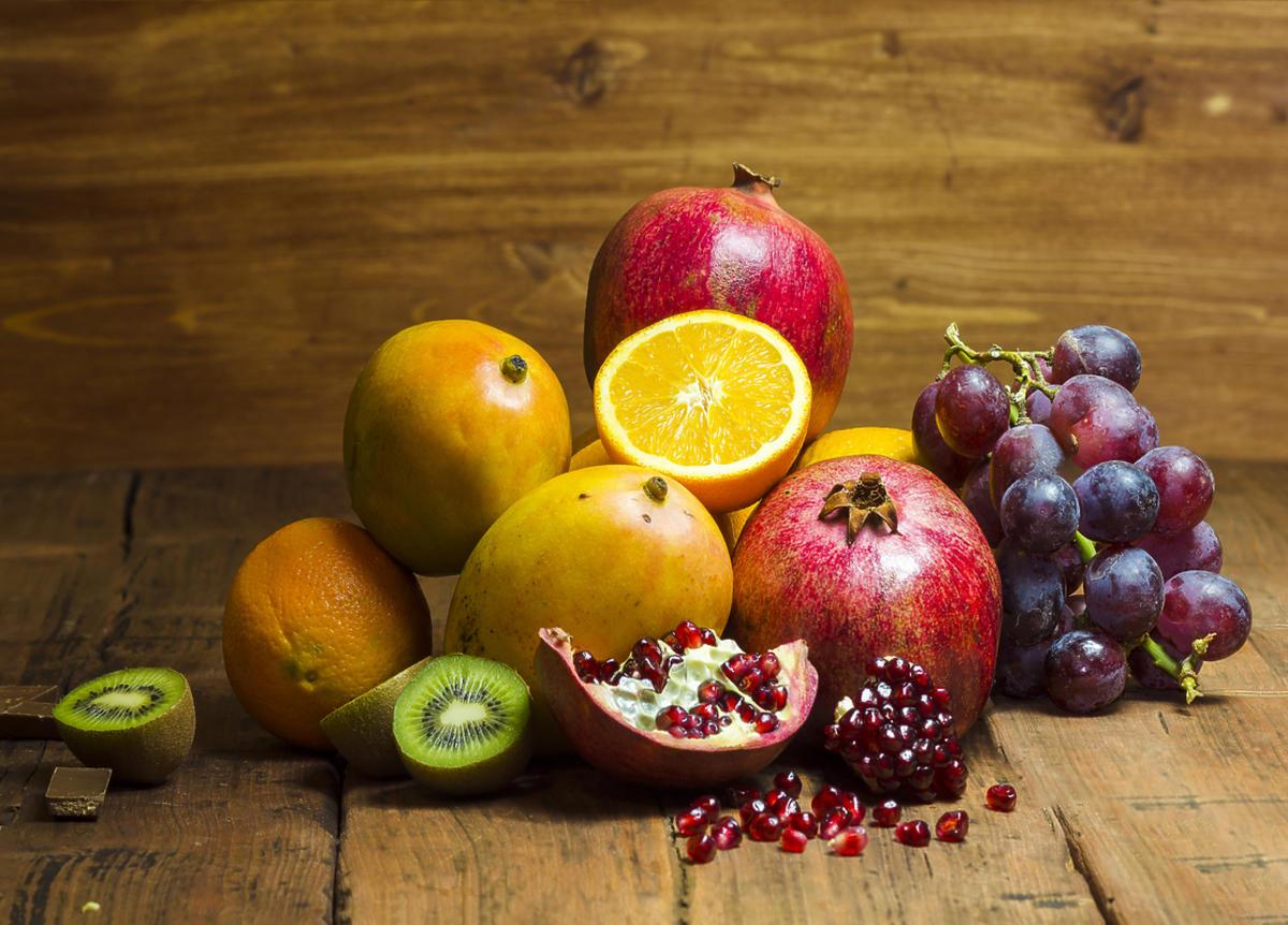 owoce na drewnianym blacie