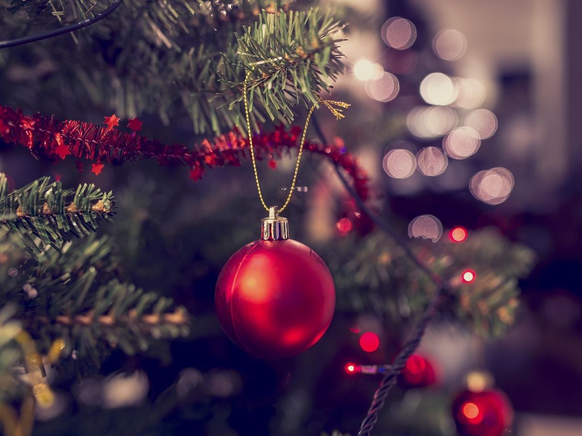 Ozdoby na święta – tradycyjna choinka czy stylowy stroik?