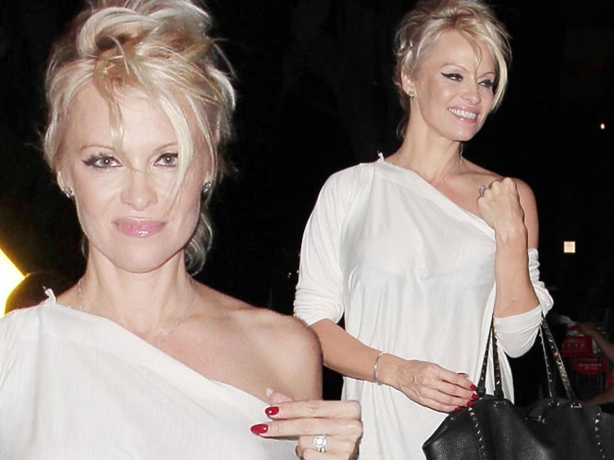 Pamela Anderson w białej sukience