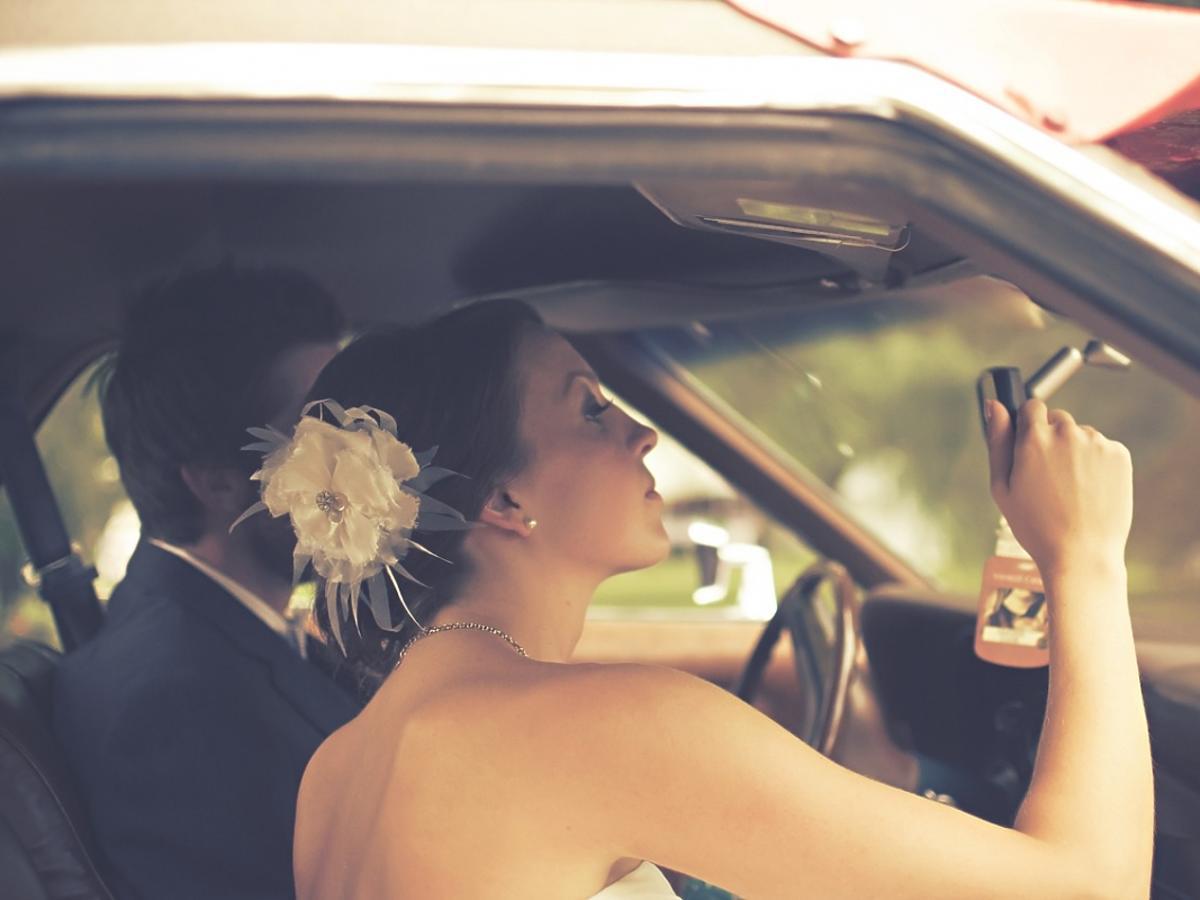 Państwo młodzi w samochodzie