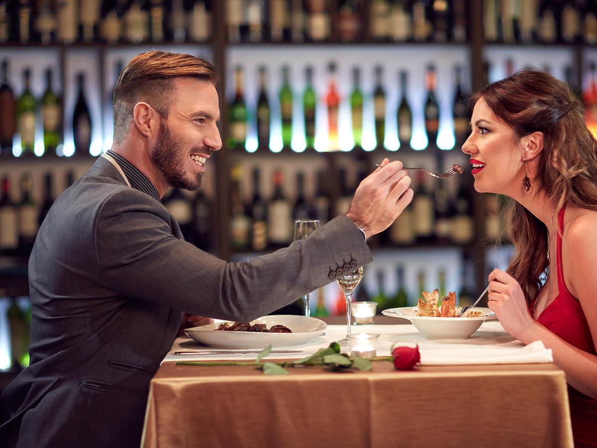 Para je posiłek w eleganckiej restauracji.