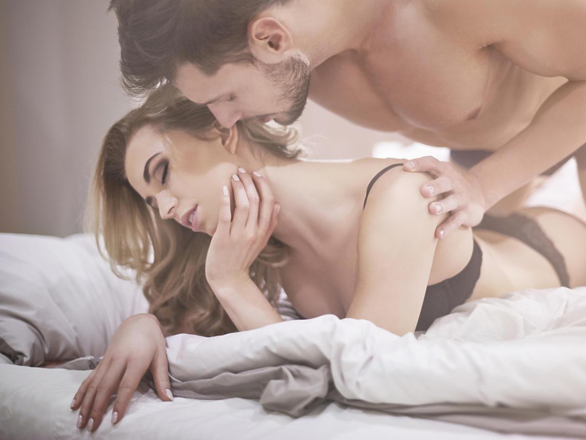para kochanków w łóżku