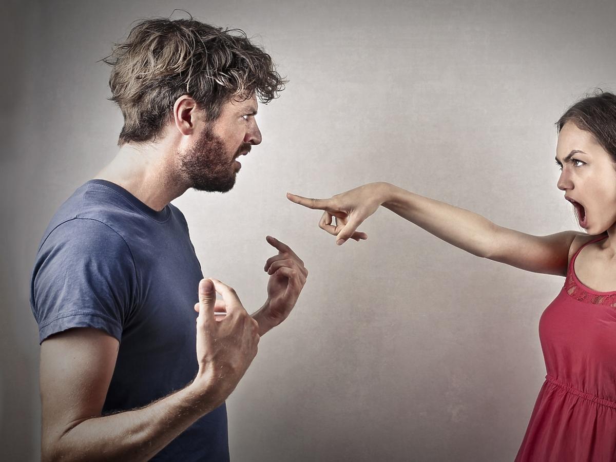 Para młodych ludzi kłóci się ze sobą.