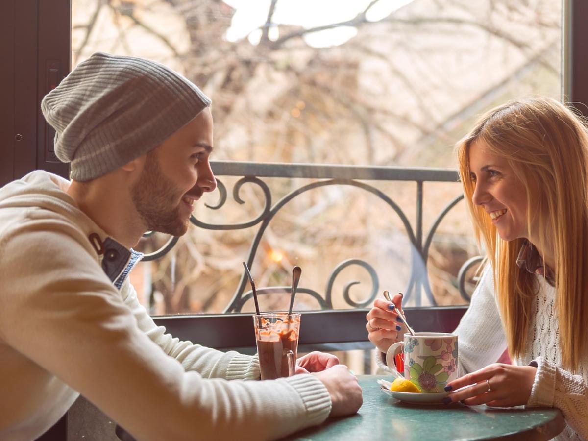 para na randce w kawiarni