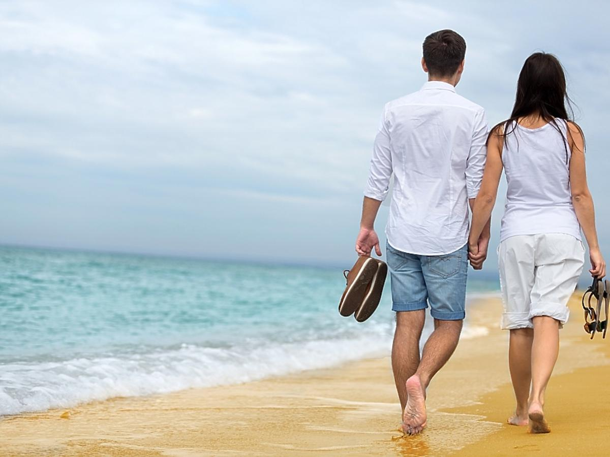 para spacerująca nad morzem