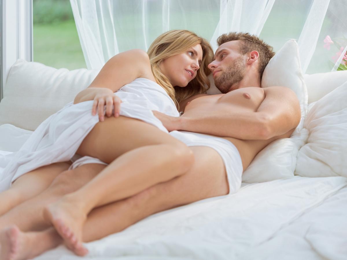 Para zakochanych leży w łóżku
