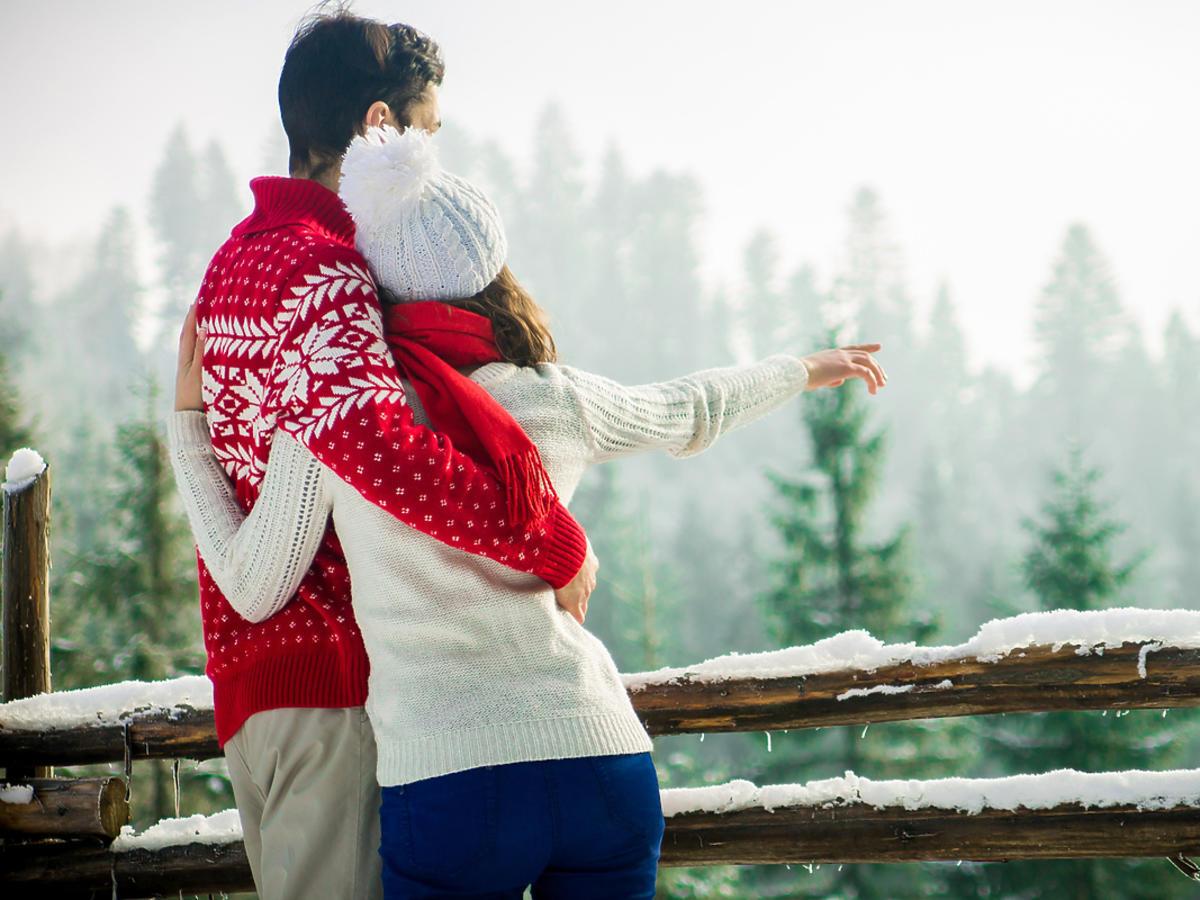Para zakochanych ogląda górskie widoki.