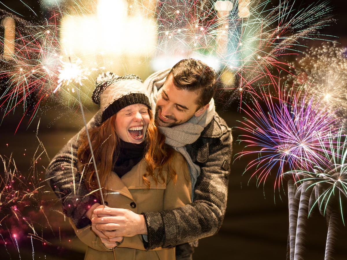 Para zakochanych składa sobie życzenia w Nowy Rok.