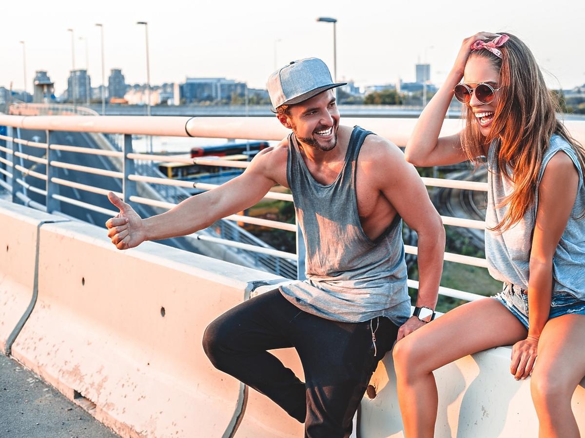 Para zakochanych śmieje się spędzając razem czas.