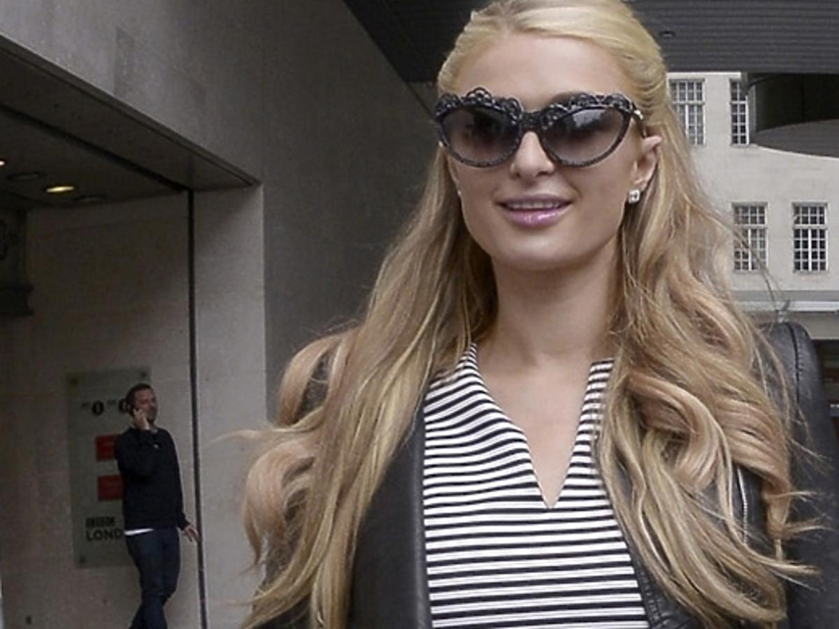 Paris Hilton w skromnej sukience w Londynie