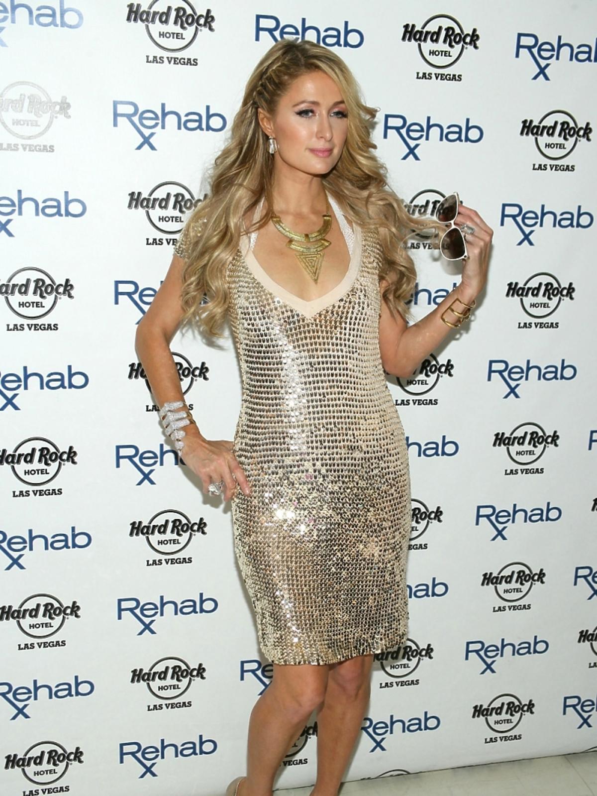 Paris Hilton w złotej sukience na imprezie